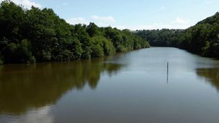 Abattre un barrage pour redonner son lit à un fleuve: c'est le gigantesque chantier en cours en Normandie. L'objectif est ensuite de restaurer la vie naturelle de la Sélune, qui se jette dans la baie du Mont-Saint-Michel. (France 3)