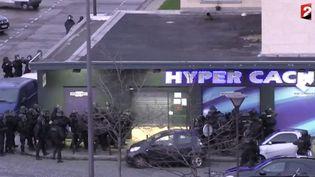 Les forces de l'ordre s'apprêtent à donner l'assaut sur l'épicerie casher à Paris, le 9 janvier 2015. ( FRANCE 2)