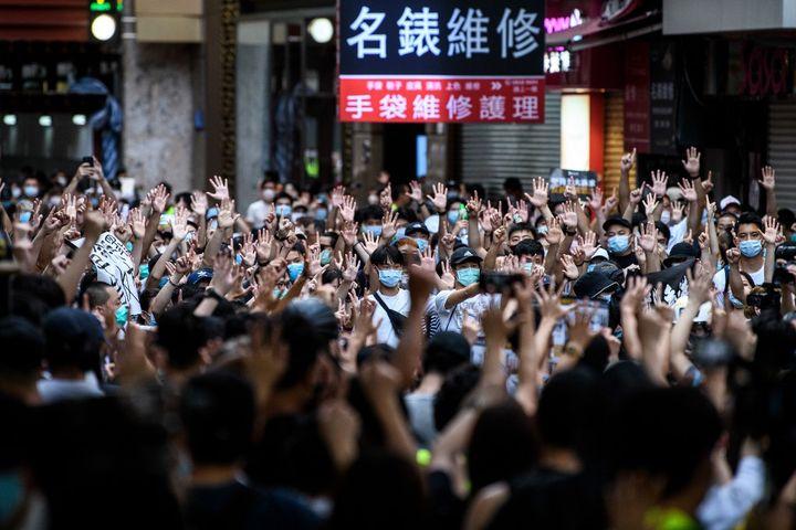 Des manifestants protestent contre la loi sur la sécurité nationale à Hong Kong, le 1er juillet 2020. (ANTHONY WALLACE / AFP)