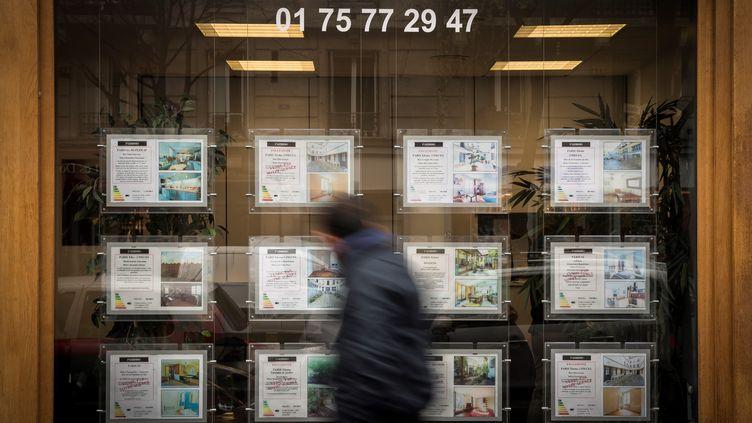 Une agence immobilière à Paris, le 19 décembre 2017. (LIONEL BONAVENTURE / AFP)