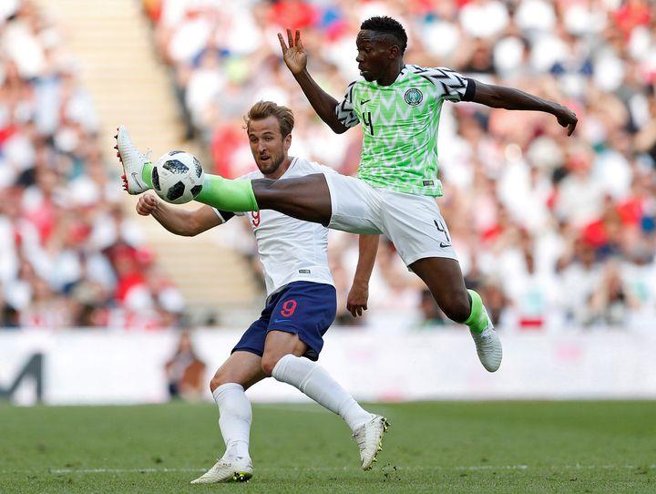 Le joueur nigérian Kenneth Omeruo intervient devant l'Anglais Harry Kane lors d'un match amical à Londres, le 2 juin 2018. (JOHN SIBLEY / REUTERS)