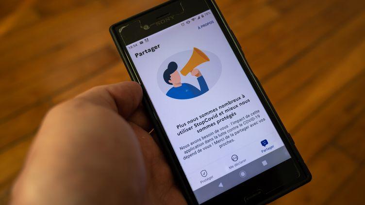 L'application StopCovid, ouverte sur un smartphone Sony, le 2 juin 2020 à Paris. (RICCARDO MILANI / HANS LUCAS / AFP)
