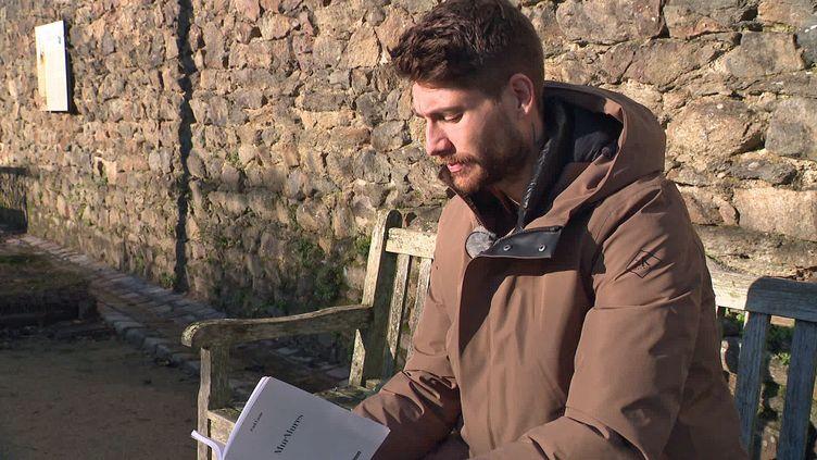 """Paul Lasne, milieu de terrain du stade brestoiset auteur du livre """"MurMures"""" (France 3 Grand Ouest)"""