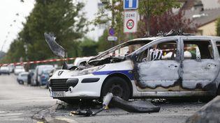 Une voiture de police brûlée à Viry-Châtillon, le 8 octobre 2016 après une attaque au cocktail Molotov. (THOMAS SAMSON / AFP)