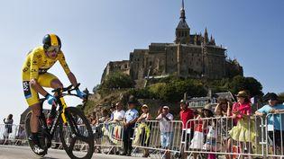 Lemaillot jaune Christopher Froome lors de la 11e étape du Tour de France le 10 Juillet entre Avranches et le Mont-Saint-Michel. (JEFF PACHOUD / AFP)