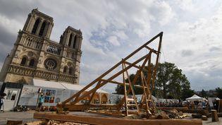 """Une """"ferme"""" en construction sur le parvis de Notre-Dame, le 19 septembre 2020. (ALAIN JOCARD / AFP)"""