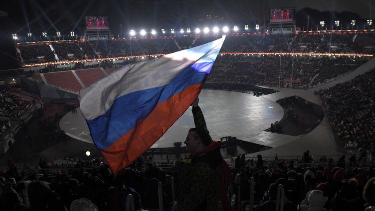 Le drapeau russe dans les tribunes du stade olympique de PyeongChang à la cérémonie d'ouverture (LOIC VENANCE / AFP)