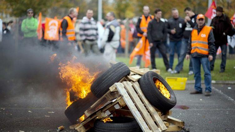 Des employés d'Electrolux protestent devant le siège français du groupe suédois, à Senlis (Oise), le 24 octobre 2012. (MARTIN BUREAU / AFP)