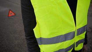 Une personne porte un gilet jaune réfléchissant. (F.LEPAGE / SIPA)