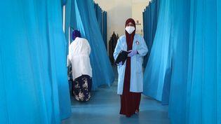 Des infirmières s'occupant de malades infectés par le virus Covid-19 à l'hôpital Martini de Mogadiscio, la capitale somalienne, en juillet 2020. (STR / AFP)