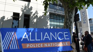Despolicierssous la bannière du syndicat Alliancese rassemblent devant un commissariat de Bordeaux, lors d'une journée de mobilisation des employés du secteur public, le 22 mai 2018. (MEHDI FEDOUACH / AFP)