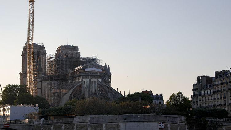 Les travaux à Notre-Dame à Paris, le 13 avril 2020, un an après l'incendie. (GEOFFROY VAN DER HASSELT / AFP)
