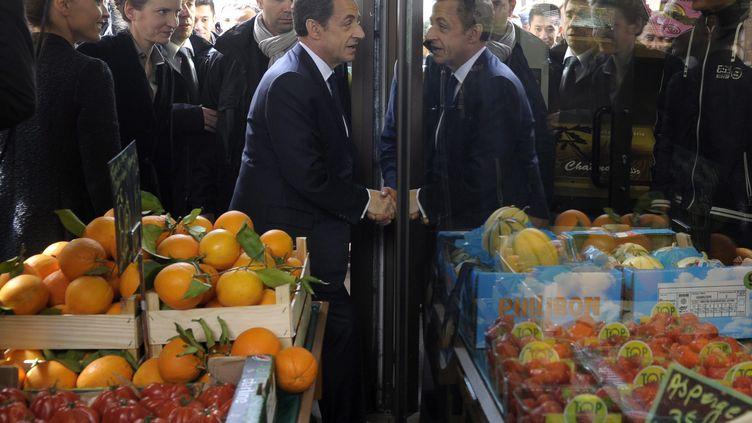 Nicolas Sarkozy rend visite à des commerçants, mardi 24 avril à Longjumeau (Essonne). (CHRISTOPHE KARABA / MAXPPP)