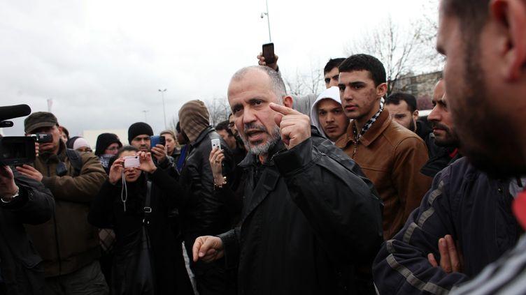 """Abdelhakim Sefrioui, lors d'unemanifestation organisée par le collectif propalestinien Cheikh Yassine contre """"l'ingérence du politique et du Crif dans les affaires du culte musulman"""", en avril 2010. (MARLENE AWAAD/IP3 / MAXPPP)"""
