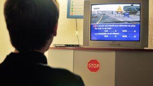 Certaines nouvelles questions de l'examen du code de la route vont être retirées temporairement, le temps que les élèves puissent mieux s'y préparer. (Photo d'illustration) (MAXPPP)