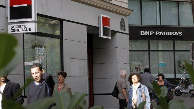 Une agence de la Société générale et une agence de la BNP Paribas le 12 septembre 2011 à Paris. (PATRICK KOVARIK / AFP)
