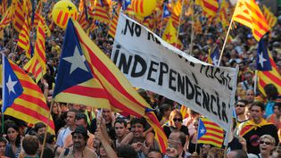 Des dizaines de milliers de manifestants ont entamé mardi 11 septembre 2012 à Barcelone une marche pour l'indépendance de la Catalogne, accusant l'Etat central de les entraîner dans la spirale de la crise. (LLUIS GENE / AFP)