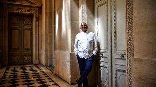 Le chef Guy Savoy dans son restaurant La Monnaie, à Paris, le 19 mai 2020. (CHRISTOPHE ARCHAMBAULT / AFP)