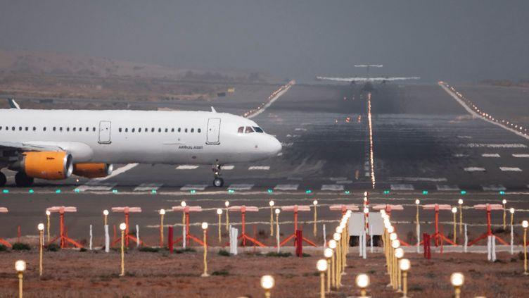 Un avion sur une piste en février 2020. (?NGEL MEDINA G. / EFE)