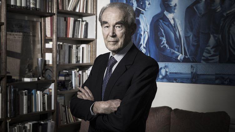 Roberrt Badinter dans son bureau, à Paris, en 2018. (JOEL SAGET / AFP)