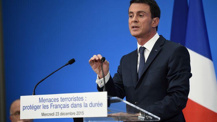 Manuel Valls lors d'une conférence de presse, à l'Elysée, à Paris, le 23 décembre 2015. (ERIC FEFERBERG / AFP)