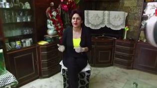 Nidhi Chaphekar, hôtesse de l'air de la compagnie Jet Airways, dans sa maison à Bombay en Inde, septembre 2016. (FRANCE 2)