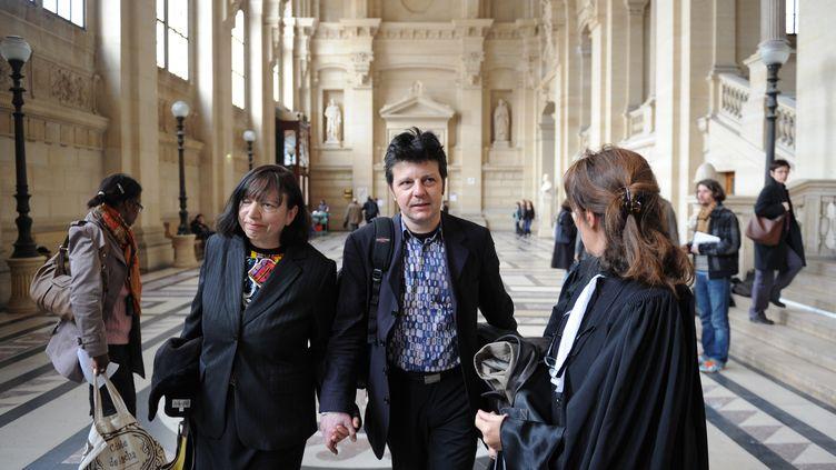 Sylvie et Dominique Mennesson, parents de jumelles nées par GPA aux Etats-Unis, au palais de justice de Paris, le 18 mars 2010. (MARTIN BUREAU / AFP)