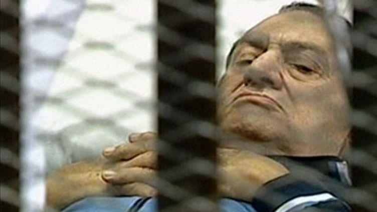 Image de la télévision égyptienne montrant Moubarak dans une civière à son arrivée au tribunal (15/08/2011) (AFP / Egyptian TV)
