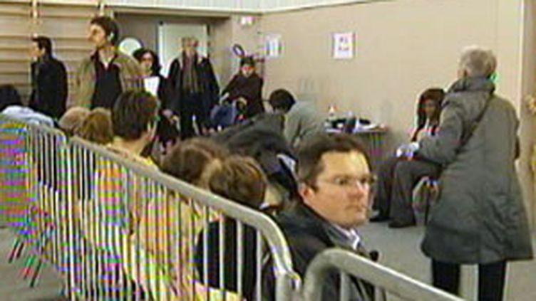 File d'attente dans un centre de vaccination contre la grippe A. (France 2)