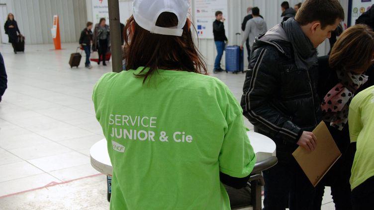 """Une employée duservice """"Junior & Cie"""" de la SNCF, le 7 mars 2015, à Lille (Nord). (MAXPPP)"""