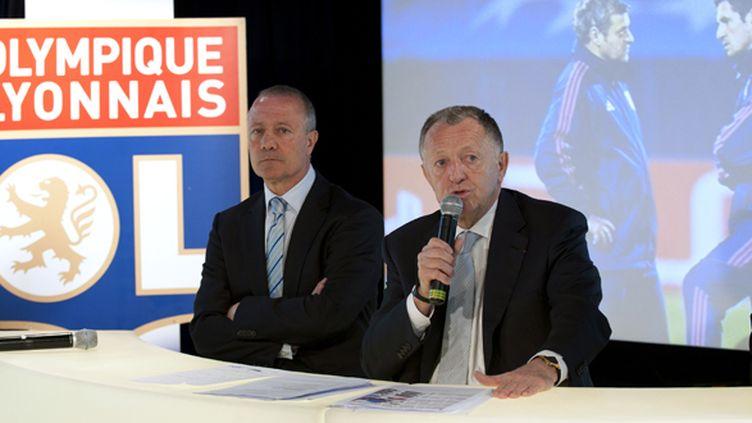 Bernard Lacombe, manager de l'OL (à gauche), et le président du club Jean-Michel Aulas (à droite) (PHILIPPE MERLE / AFP)