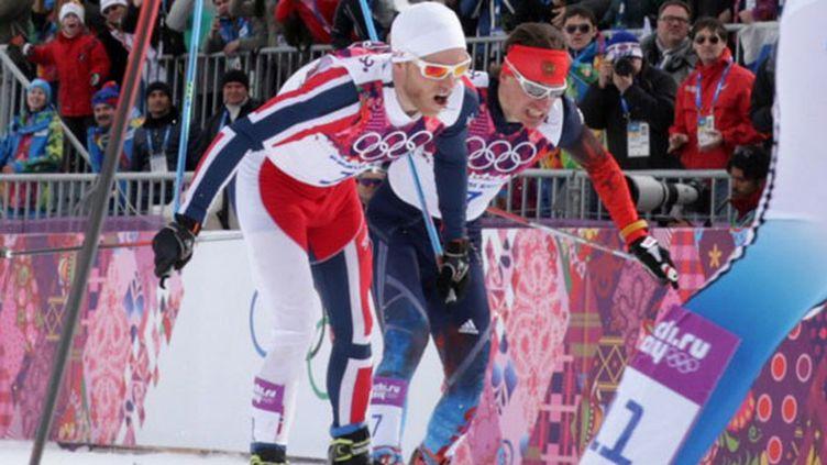 Le sprint agité à l'arrivée du skiathlon entre le Norvégien Sundby et le Russe Vylegzhanin