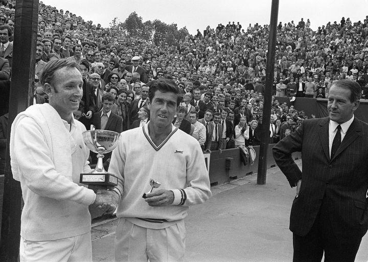 Rod Laver tient son trophée et pose avec Ken Rosewall après la finale de Roland-Garros, le 7 juin 1969. (STF / AFP)