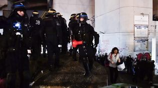 Des policiers évacuent les étudiants de l'université de Tolbiac, le 20 avril 2018 à Paris. (CHRISTOPHE SIMON / AFP)