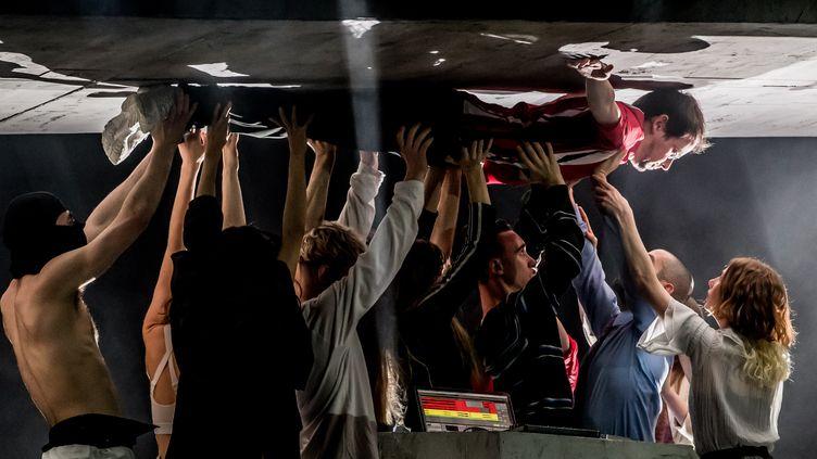 """Un DJ, en l'occurence Rone, porté aux nues par les danseurs du Ballet national de Marseille, dans """"Room with a view"""" de La(Horde) et Rone, au Théâtre du Châtelet, en mars 2020. (CYRIL MOREAU / BESTIMAGE)"""