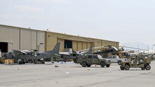 Des avions et des véhicules militaires des forces aériennes afghanes près d'un hangar de l'aéroport de Kaboul, le 31 août 2021. (WAKIL KOHSAR / AFP)