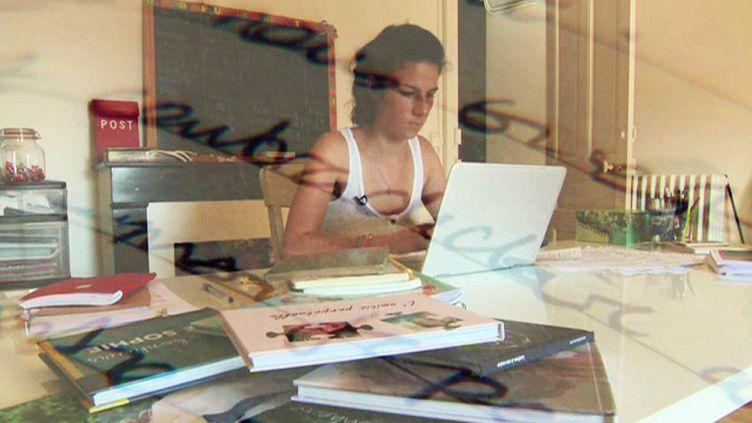 Léonie en pleine retranscription de ses notes  (France 2 Culturebox Capture d'écran)