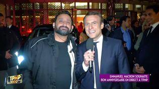 """Le candidat Emmanuel Macron dans """"Touche pas à mon poste"""", entre les deux tours de l'élection présidentielle de 2017. (C8 / Capture d'écran)"""