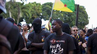 Des manifestants protestent, le 1er avril 2017, à Cayenne (Guyane française), dans le cadre du conflit social qui frappe le territoire. (GILLES MOREL / CITIZENSIDE / AFP)