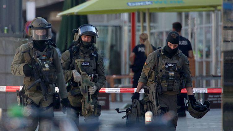 Des forces spéciales de la police allemande lors d'une intervention en gare de Cologne (Allemagne), lundi 13 octobre 2018. (OLIVER BERG / DPA / AFP)