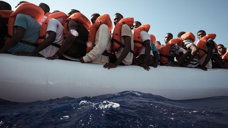 Une embarcation de migrants est secourue en mer Méditerranée, le 11 septembre 2016. (MARCO PANZETTI / NURPHOTO / AFP)