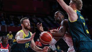 Bam Adebayo (en blanc) et les Etats-Unis face à l'Australie en demi-finales des Jeux olympiques de Tokyo, jeudi 5 août. (THOMAS COEX / AFP)