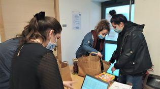 Distribution d'aide alimentaire en click and collect à l'université de Metz. Photo d'illustration. (NATACHA KADUR / RADIO FRANCE)
