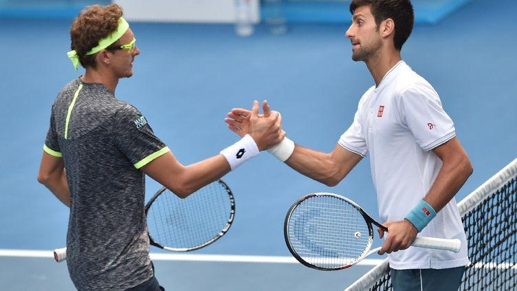 Novak Djokovic félicite Denis Istomin (PETER PARKS / AFP)