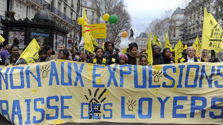 Des personnes manifestent pour réclamer l'arrêt des expulsions locatives, le 12 mars 2011, à Paris. (MIGUEL MEDINA / AFP PHOTO)