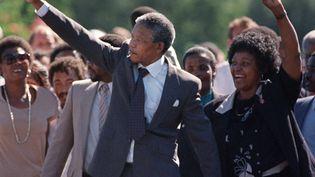 Nelson Mandela avec sa femme Winnie le 11 février 1990, à sa sortie de prison près de Paarl (Afrique du Sud) (ALEXANDER JOE / AFP)