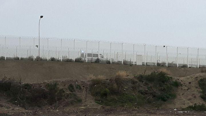 """En novembre 2016, un mois après le démantèlement de la """"jungle"""" de Calais, les forces de l'ordre continuent de patrouiller autour du site (RADIO FRANCE / JÉRÔME JADOT)"""