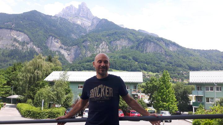 Frédéric Champly, dans la vallée de l'Arve. (SÉBASTIEN BAER / RADIO FRANCE)