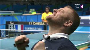 Fabien Lamirault célèbre sa médaille d'or en tennis de table aux Jeux paralympiques de Rio le 13 septembre 2016. (FRANCE 4)