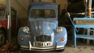 Une 2CV prête à circuler dans le garage de Bradford, dans le Yorkshire (Royaume-Uni), août 2014. (BBC / FRANCETV INFO )